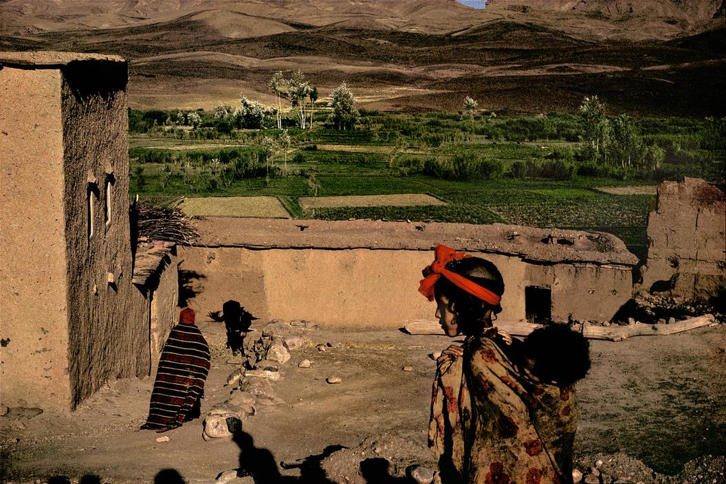 Dans cette interview, Harry Gruyaert de l'agence Magnum évoque son histoire d'amour avec le Maroc et revient plus largement sur sa riche carrière photographique. Nous l'avons rencontré à Düsseldorf, à l'occasion du vernissage de l'exposition Mythos Tour de France, le réunissant aux côtés d'autres grands noms de la photo, de Capa à Gursky.