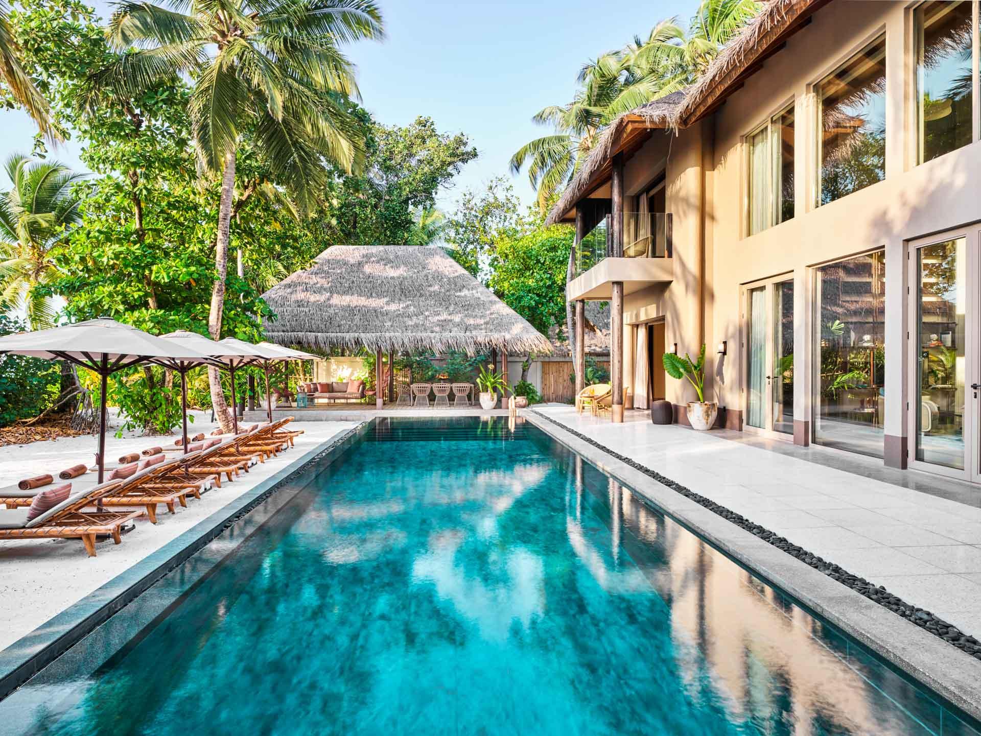 Eaux turquoise, plages nacrées, villas gigantesques, offre gastronomique remarquable et touches arty, bienvenue au JOALI Maldives, resort d'exception qui réussit le pari de faire rimer luxe, art contemporain et développement durable.