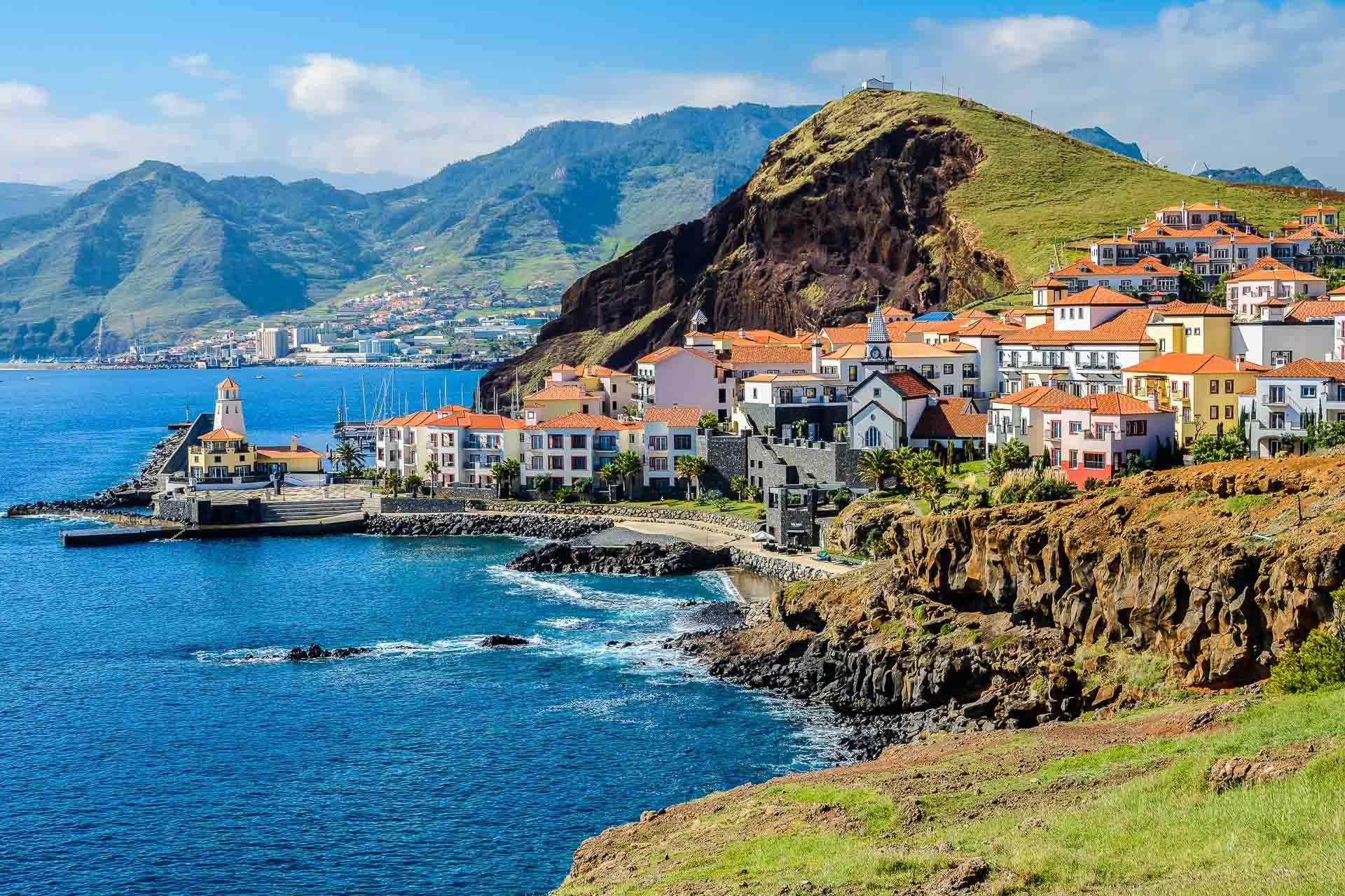 Végétation luxuriante, climat subtropical, plages noires de basalte et sommets escarpés… le tout à seulement quatre heures de la France. Surnommée « L'île aux fleurs », le bel archipel de Madère n'a rien à envier à la plupart des destinations exotiques situées à l'autre bout du monde. La preuve en 72h.