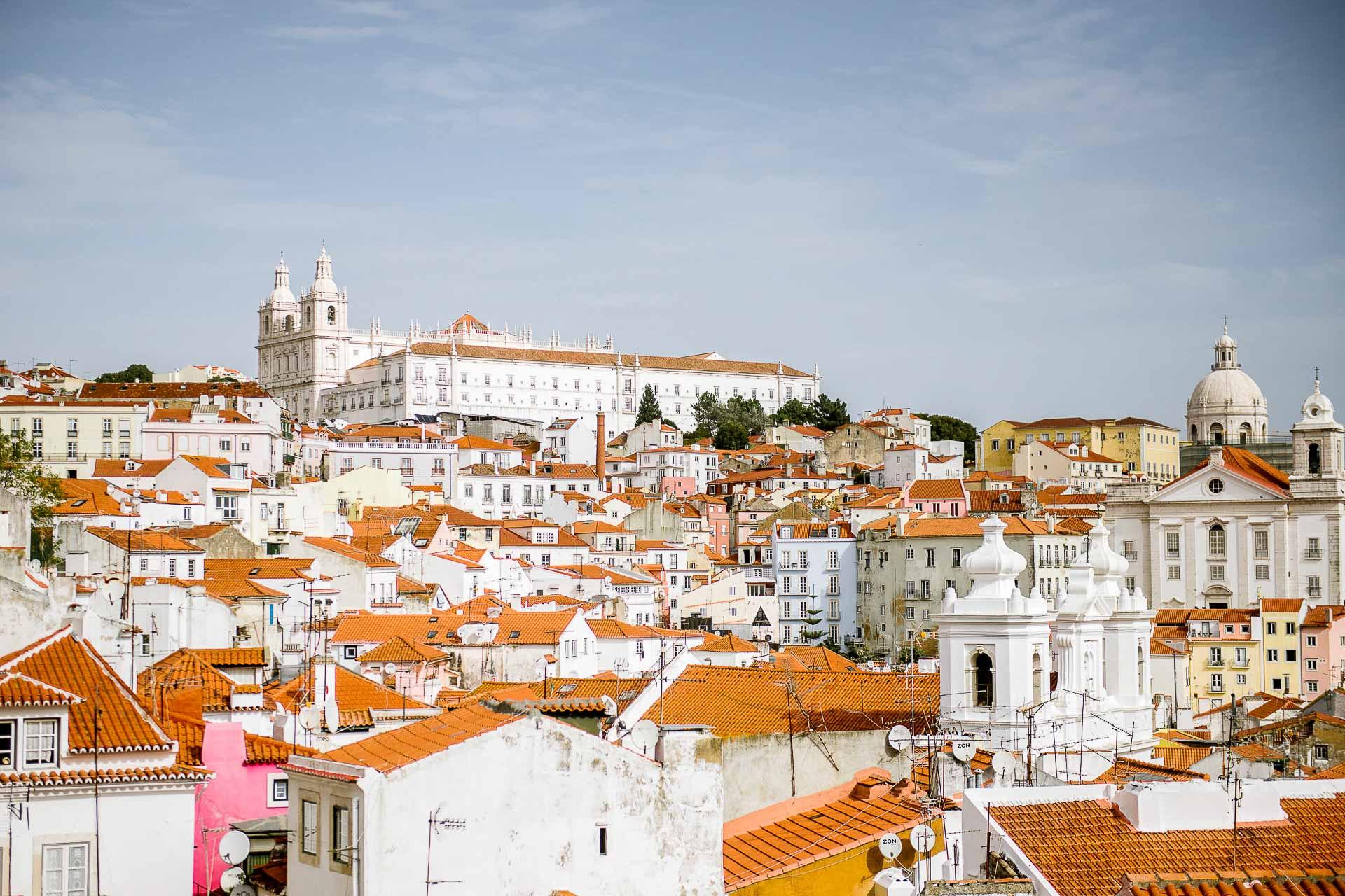 Voilà maintenant quelques années que Lisbonne attire un nombre croissant d'amateurs de soleil, d'architecture bigarrée, de façades pittoresques et de dolce vita lusophone. Une capitale en plein bouillonnement, dont nous vous dévoilons ici les meilleures adresses.