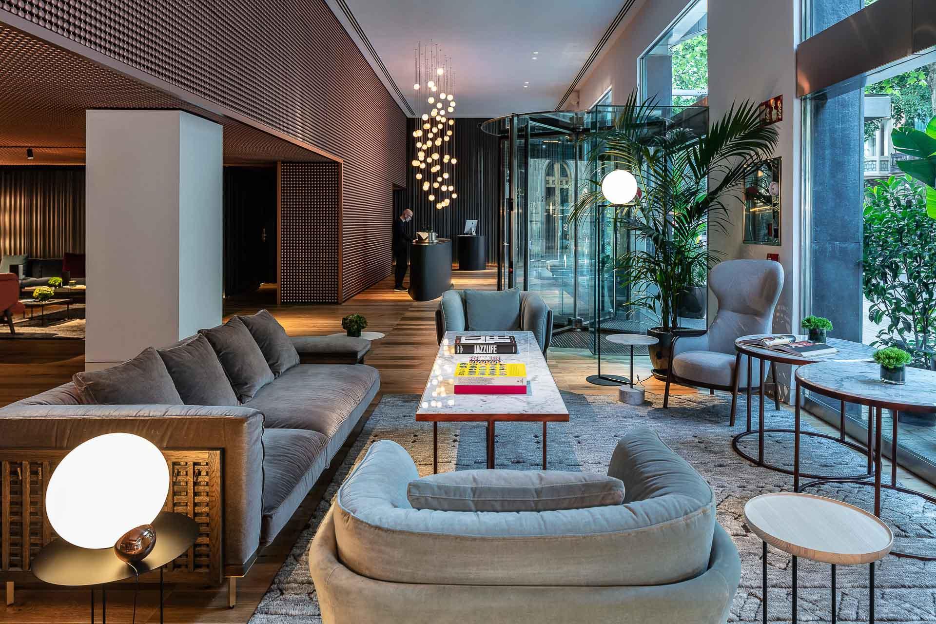 À deux pas des merveilles de Gaudí, les boutiques-hôtels Sir Hotels ouvrent un nouveau havre design et chic de 91 chambres et suites. Avec restaurant, spa, rooftop imprenable et piscine sur le toit, et même bateau privé, le Sir Victor est amené à devenir l'un des hôtels les plus en vue de Barcelone.