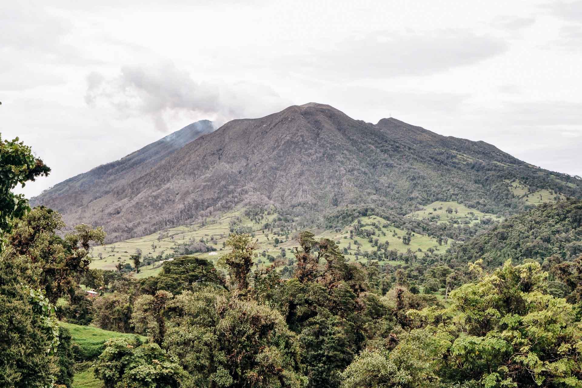 Des hauteurs des volcans aux alentours de San José aux forêts vierges humides du Rio Pacuare, la Vallée Centrale du Costa Rica est une région aux paysages variés, qu'il fait bon d'arpenter. Découvrez les plus belles excursions des environs, entre sensations fortes, observation de la nature et moments de détente.