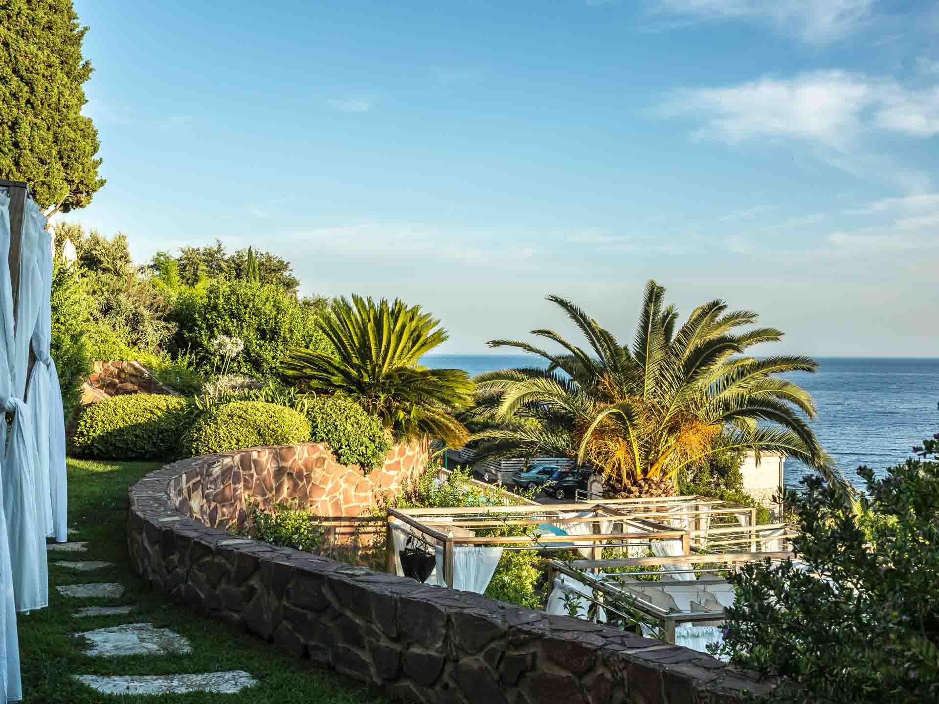 Quels sont les plus beaux hôtels de la Côte d'Azur ? Entre palace historiques, boutique-hôtels stylés et adresses secrètes, on dévoile notre sélection des plus beaux hôtels de la Côte d'Azur.