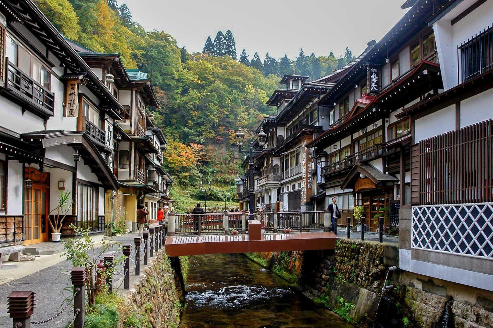 Tohoku, une région du Japon méconnue des voyageurs internationaux et qui recèle pourtant nombreuses merveilles pour qui aime la nature, l'authenticité et l'histoire. On vous invite à découvrir les charmes de cette région sauvage du nord-est de l'île principale de Honshū, ainsi qu'une partie de ses meilleures adresses.