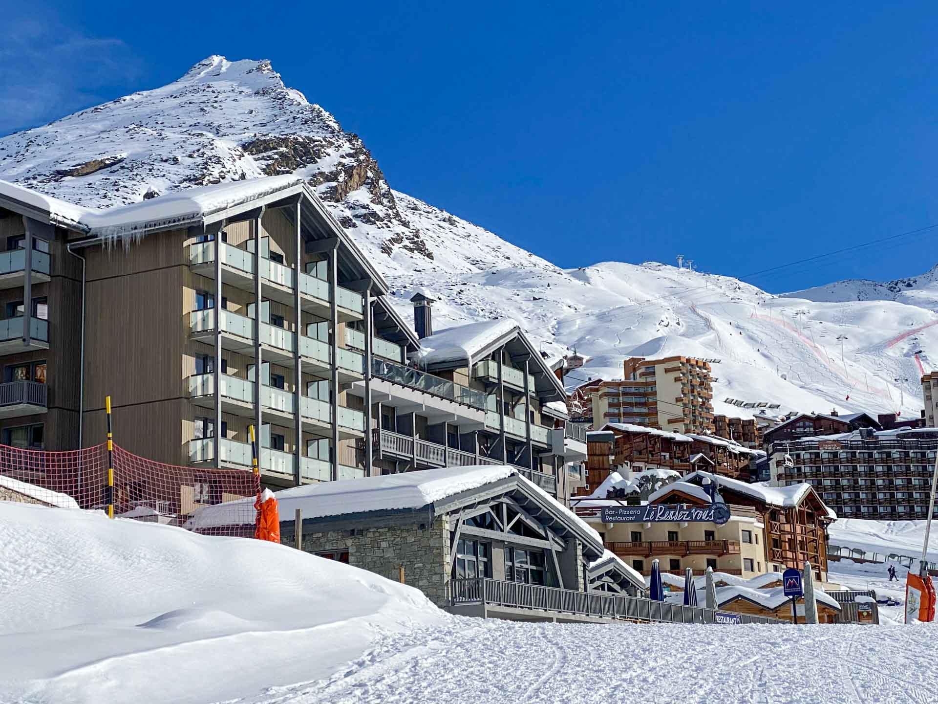 Nouvel hôtel 4-étoiles à Val Thorens, l'Hôtel Marielle s'installe dans l'ancienne «Académie des Neiges» de la championne de ski Marielle Goitschel. Au programme de cet hôtel familial, une situation imbattable au pied des pistes, des lieux de vie dans l'air du temps et une déco soignée.