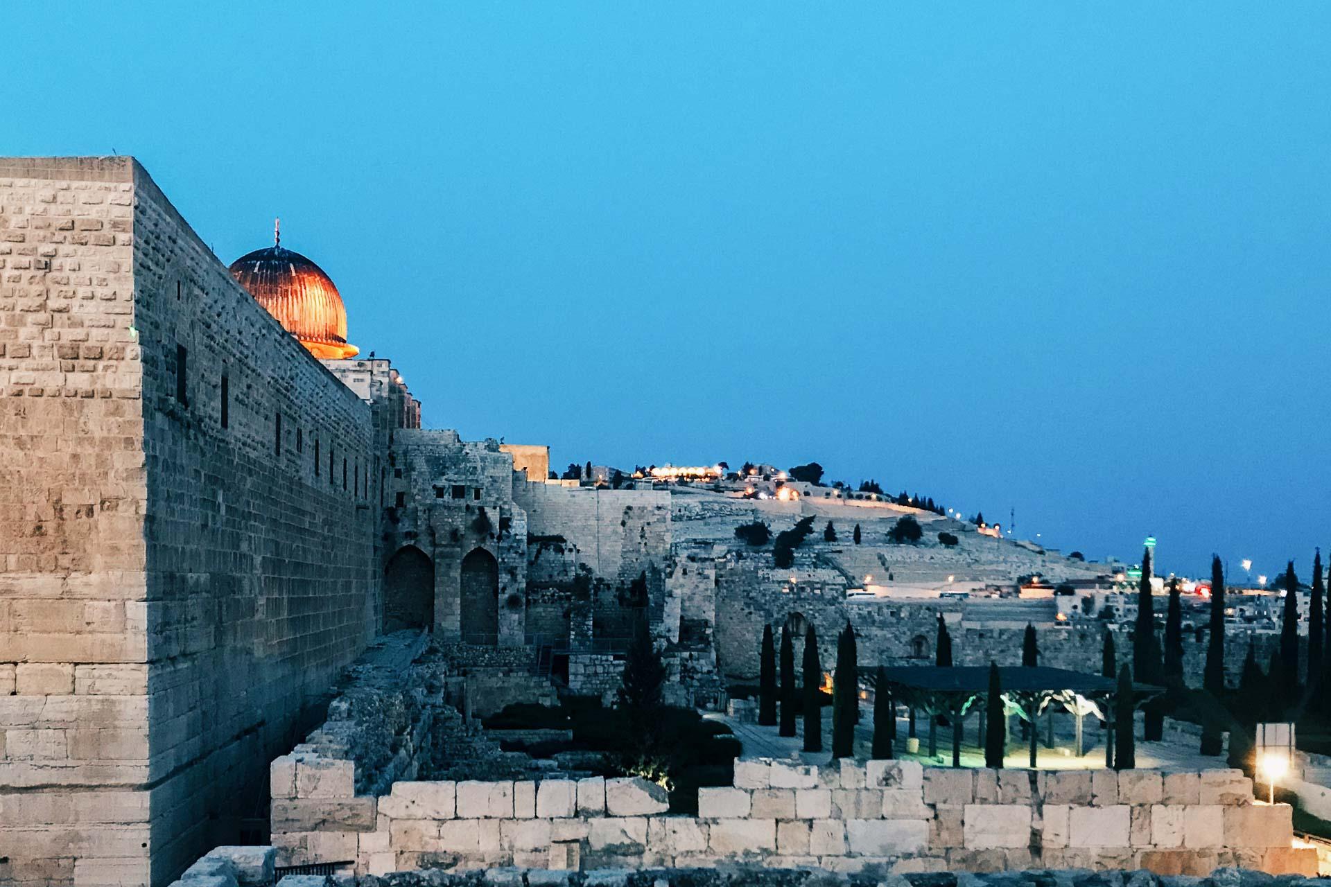 Plus qu'une ville, Jérusalem est LA Ville Sainte ! Berceau de religion et de civilisation, la plus grande ville d'Israël est une terre sacrée où l'Histoire et les religions s'entremêlent si étroitement qu'on en oublierait presque que Jérusalem reste… une ville, bouillonnante de talents et de diversité. Découvrez-la avec nous.