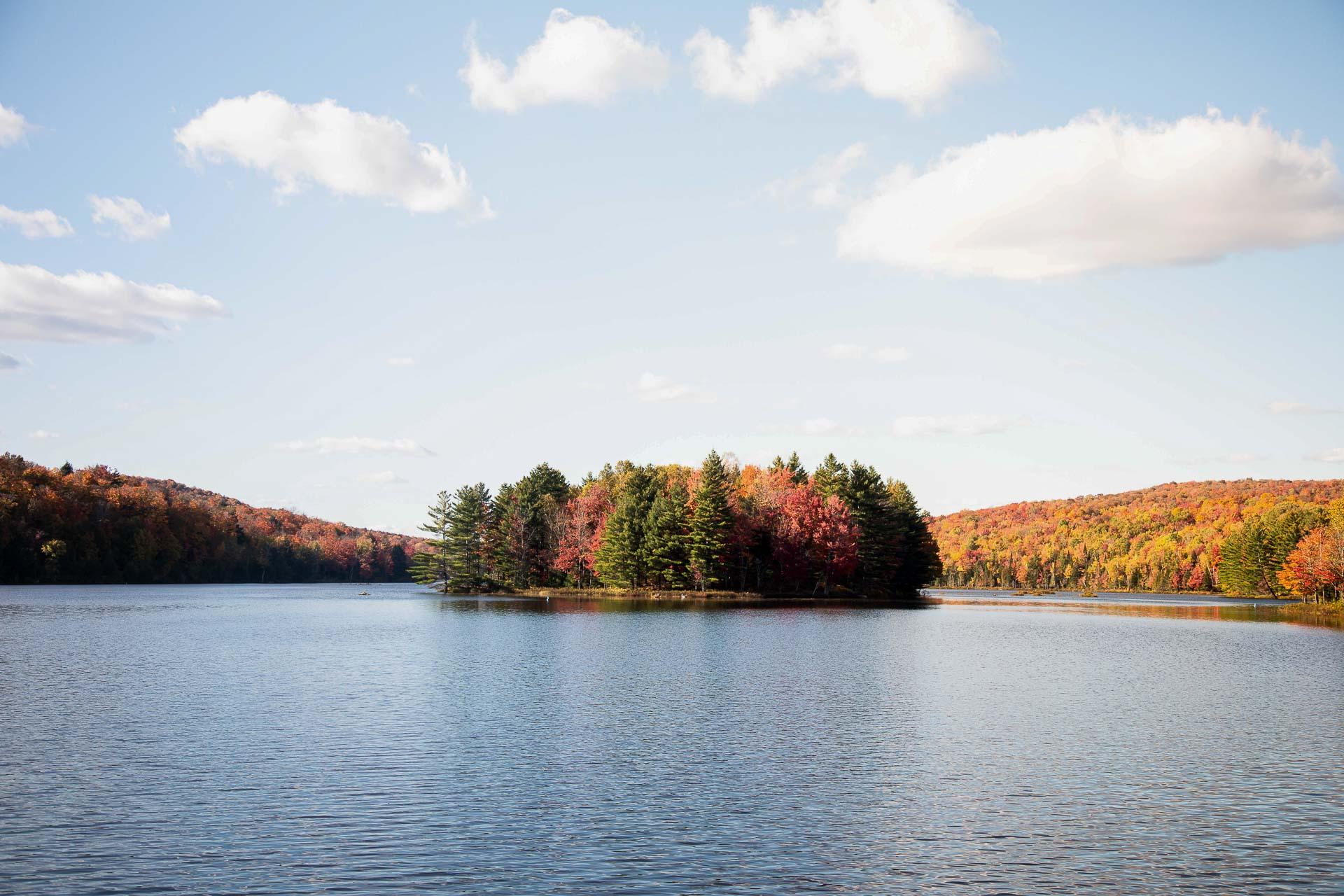 De la fin septembre et jusqu'à la fin octobre, profitez de l'été indien pour explorer le Québec. Partir à la rencontres des peuples autochtones, profiter de la nature et observer les splendides couleurs d'automne sont autant d'expériences à vivre facilement, dans un rayon de deux heures autour de Montréal.