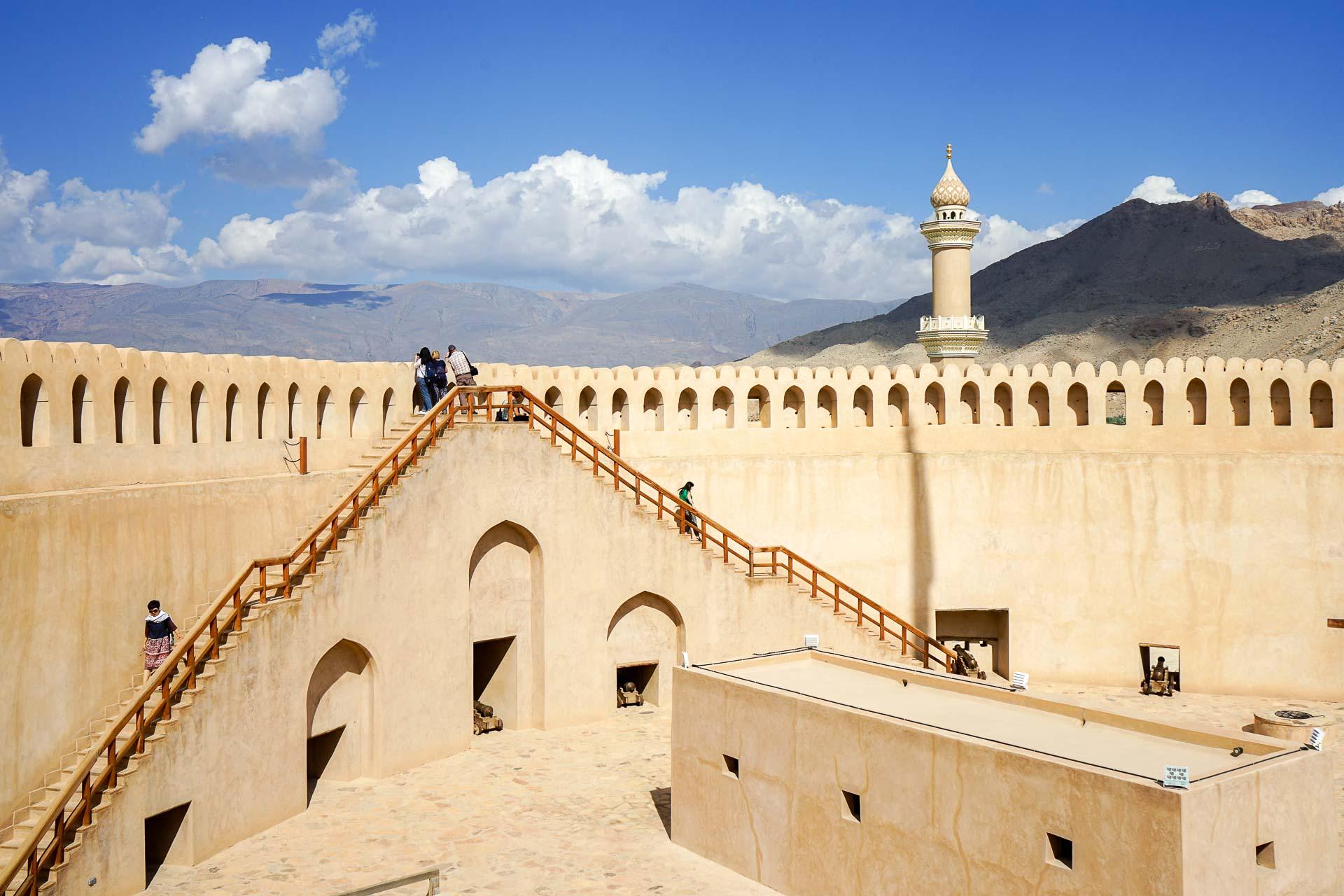 En inaugurant un nouveau terminal de classe mondiale à l'aéroport international de Mascate, le discret sultanat d'Oman réaffirme ses ambitions. Celles de s'imposer comme une destination touristique haut de gamme, authentique et durable au Moyen-Orient. Éclairage.