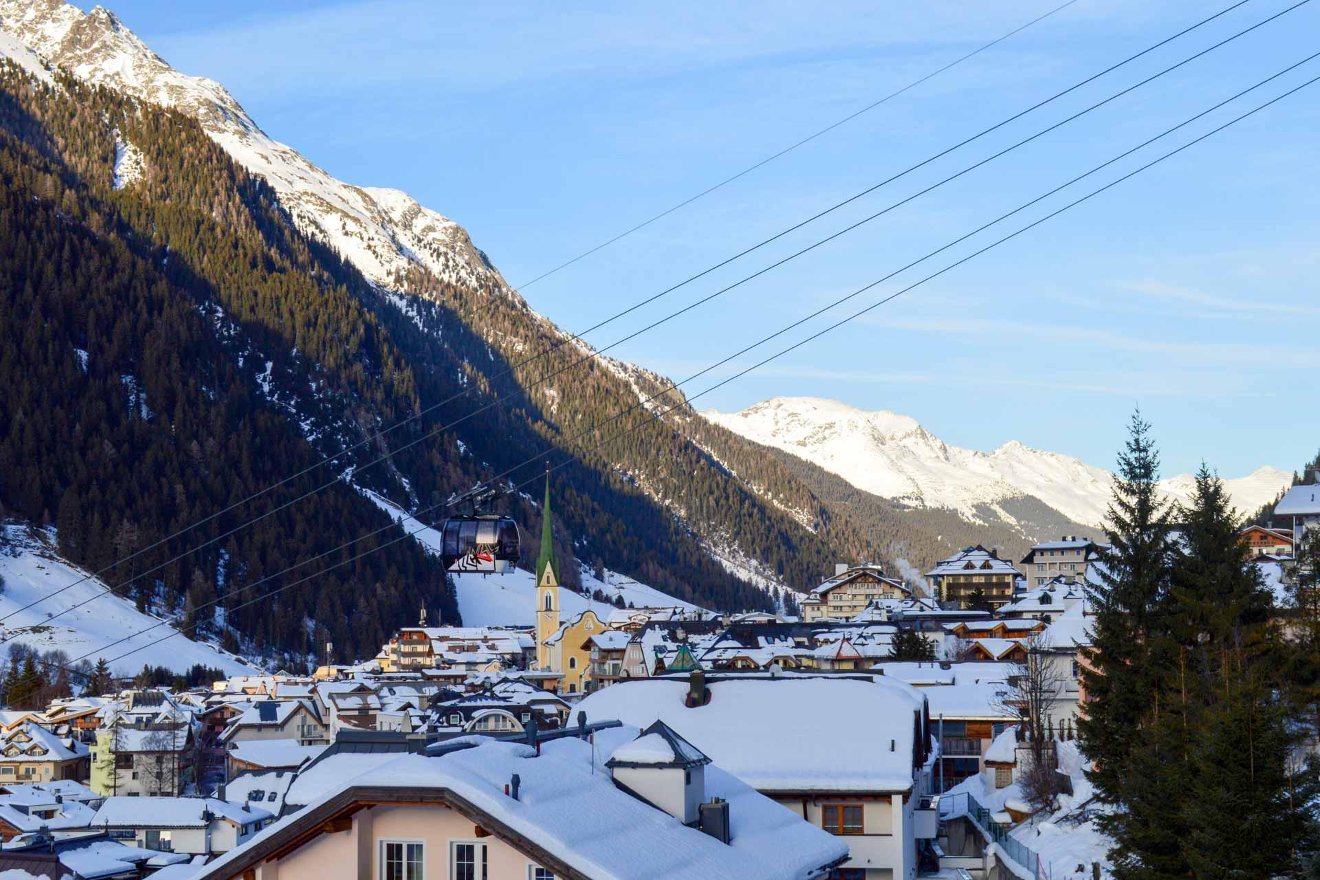 Oubliez les Alpes françaises ! On file du côté de l'Autriche et du Tyrol dans la charmante station d'Ischgl. Un splendide domaine skiable, une offre hôtelière de grande qualité ou de très bonnes tables en font l'une des stations les plus réputées de la petite république alpine.