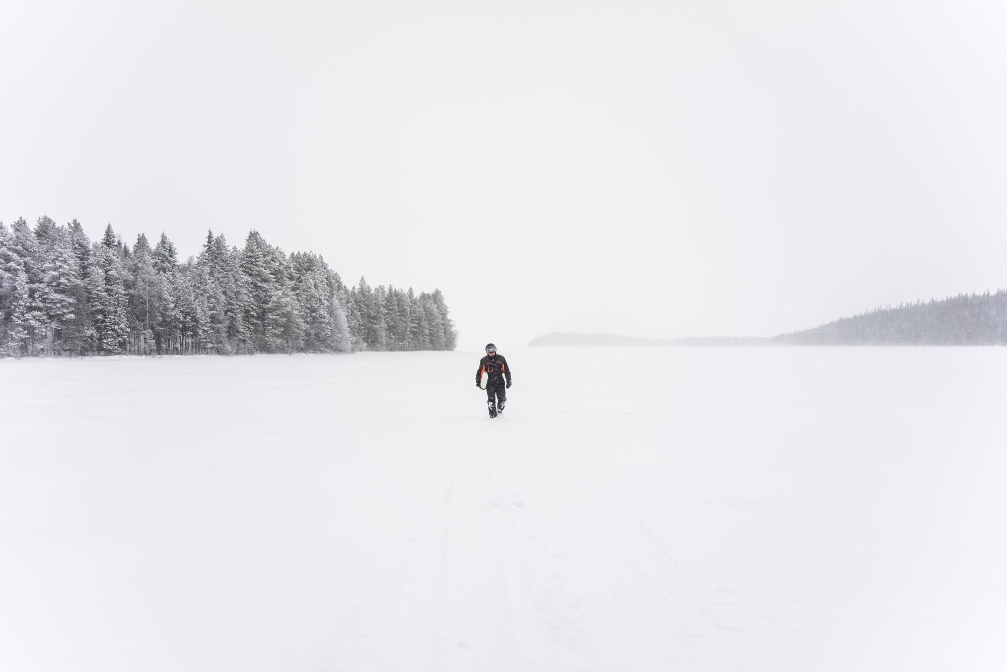 Pêcheur sur le lac gelé près d'Hyväniemi.