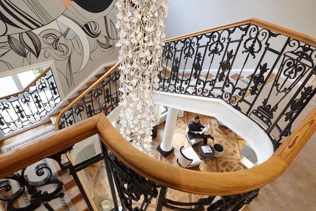 Luxe et authenticité se mêlent avec élégance dans ce nouvel établissement lillois. Très attendu, le premier boutique-hôtel 5* de la ville vient redorer le blason de l'hôtellerie de luxe dont la belle des Flandres manquait cruellement.