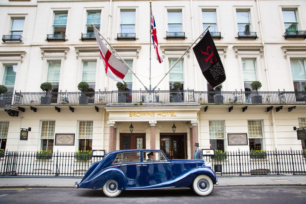 En 2012, le discret Brown's Hotel a fêté ses 175 ans en présence de Sir Rocco Forte, l'homme à qui l'on doit le retour en grâce de cette perle de l'hôtellerie londonienne. Yonder retrace l'histoire de cet hôtel mythique.