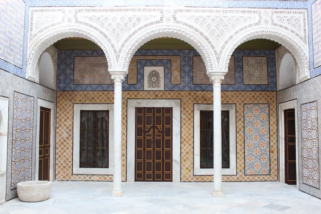 Tunis pourra désormais compter sur le Palais Bayram, un boutique hotel luxueux et authentique installé dans un édifice historique de la médina. Aperçu de cette nouvelle adresse de référence de la peu touristique capitale tunisienne.