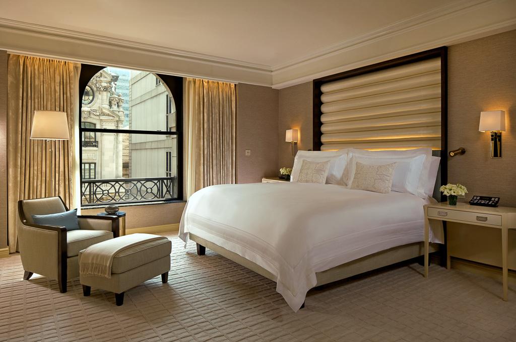 Grande vie sur la 5 me avenue au peninsula new york yonder - Stunning master bedroom themes enhanced interior design ...