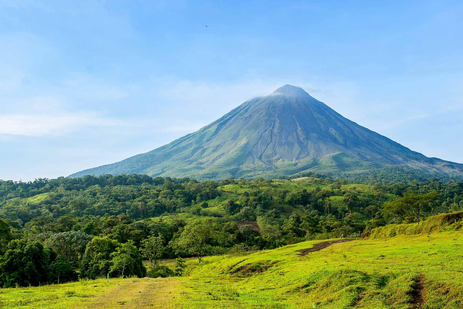 Bonne nouvelle. Il existe encore une destination lointaine où s'envoler sans craindre de devoir (trop) en découdre avec sa conscience écologique. Ce pays de 51,100 km2, lové entre mer des Caraïbes et océan Pacifique, superbe mélange de jungle, de côtes sauvages et de terres volcaniques et abritant non moins de 6% de la biodiversité mondiale, c'est le Costa Rica!