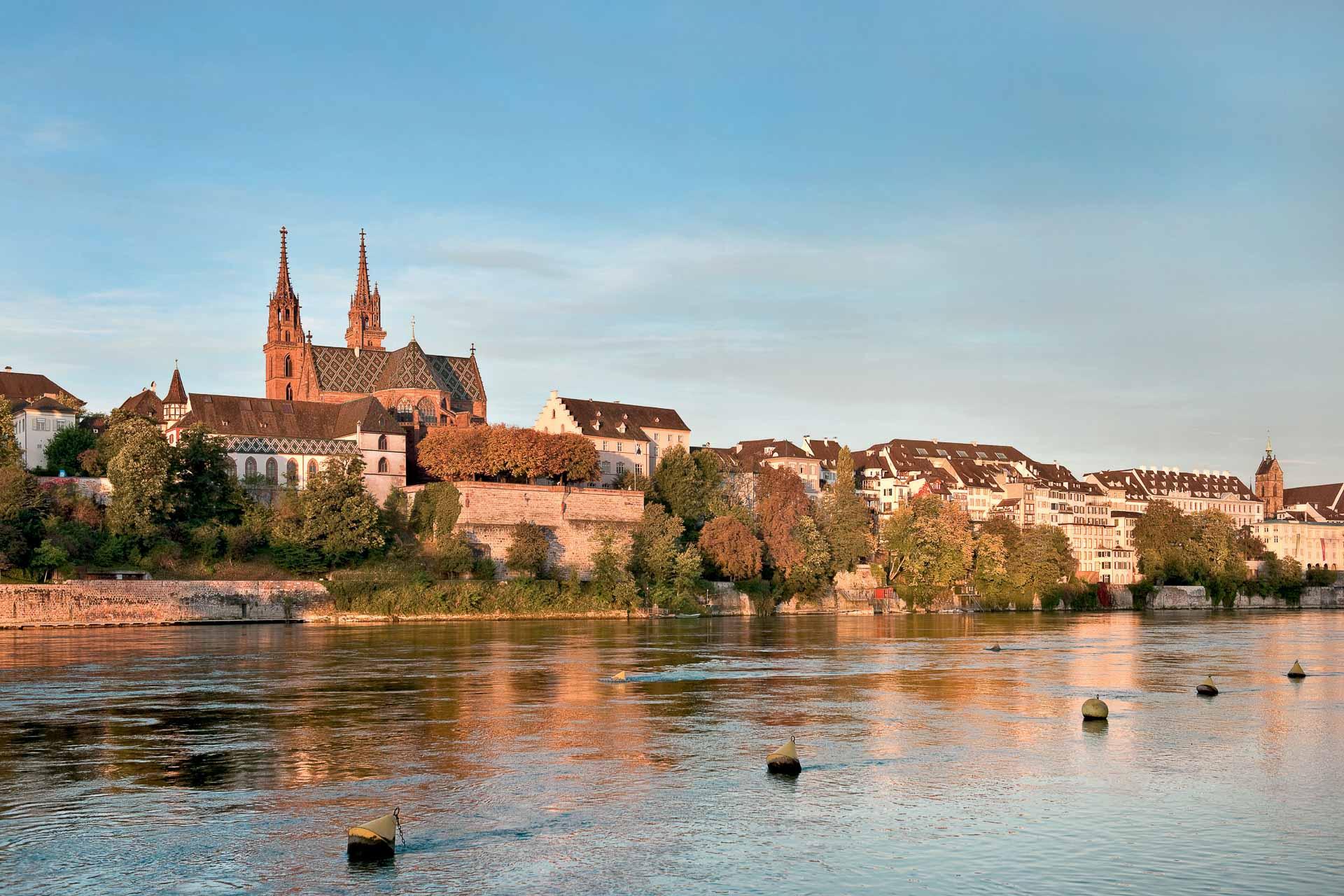 Avec des musées de renommée internationale, une vieille ville parmi les plus charmantes d'Europe et des adresses qui raviront les épicuriens, Bâle a de beaux atouts à faire valoir. Découvrez toutes les excellentes raisons d'y partir en weekend !
