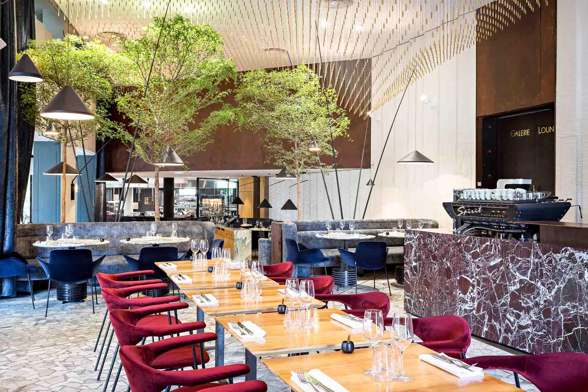 Profitez de votre été à Paris pour découvrir le meilleur des ouvertures récentes de restaurants dans la capitale. Bistronomie chatoyante, terrasse gastronomique idyllique, brasserie revisitée, food market démesuré ou Top Chefs déchainés, on a sélectionné pour vous 10 spots à découvrir d'urgence cet été.