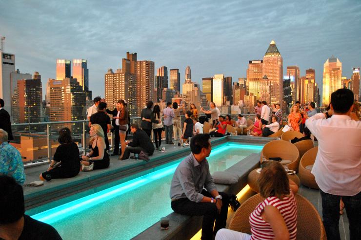 Ville verticale par excellence, New York est le lieu de naissance des rooftops, ces toits-terrasses aménagés pour prendre un bain de soleil, dîner al fresco, siroter un cocktail en charmante compagnie ou faire la fête jusqu'au bout de la nuit.