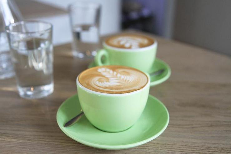 Pratiquer l'activité favorite des parisiens, c'est à dire boire un café est un vrai défi. Cela nécessite d'avoir cinq minutes devant soi et de connaître un bon café, où le café (la boisson) est un régal, ce qui n'est pas une mince affaire à Paris.