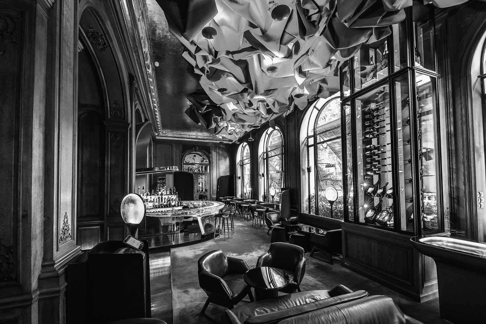 Le bar glamour du célèbre palace de l'Avenue Montaigne sera pour les trois prochaines années une vitrine d'exception pour les prestigieux champagnes millésimés Dom Pérignon.