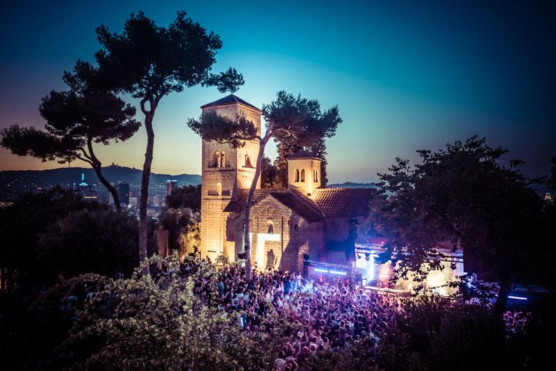 Du 15 au 19 juin se tiendra la quatrième édition d'IR, événement dédié aux musiques électroniques imaginé par l'agence barcelonaise IR BCN. Au programme, cinq jours de fêtes dans le cadre magique du Poble Espanyol. Découverte de ce boutique-festival incontournable.