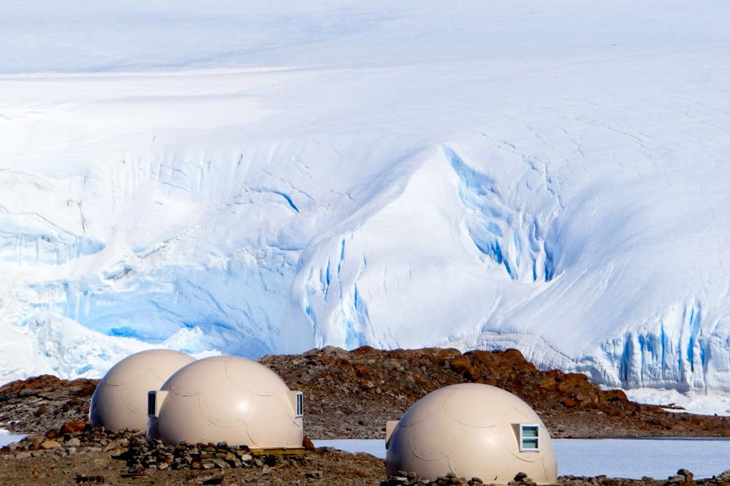 """Campement constitué de """"pods"""" en Antarctique : l'incroyable voyage de Voyages Confidentiels."""