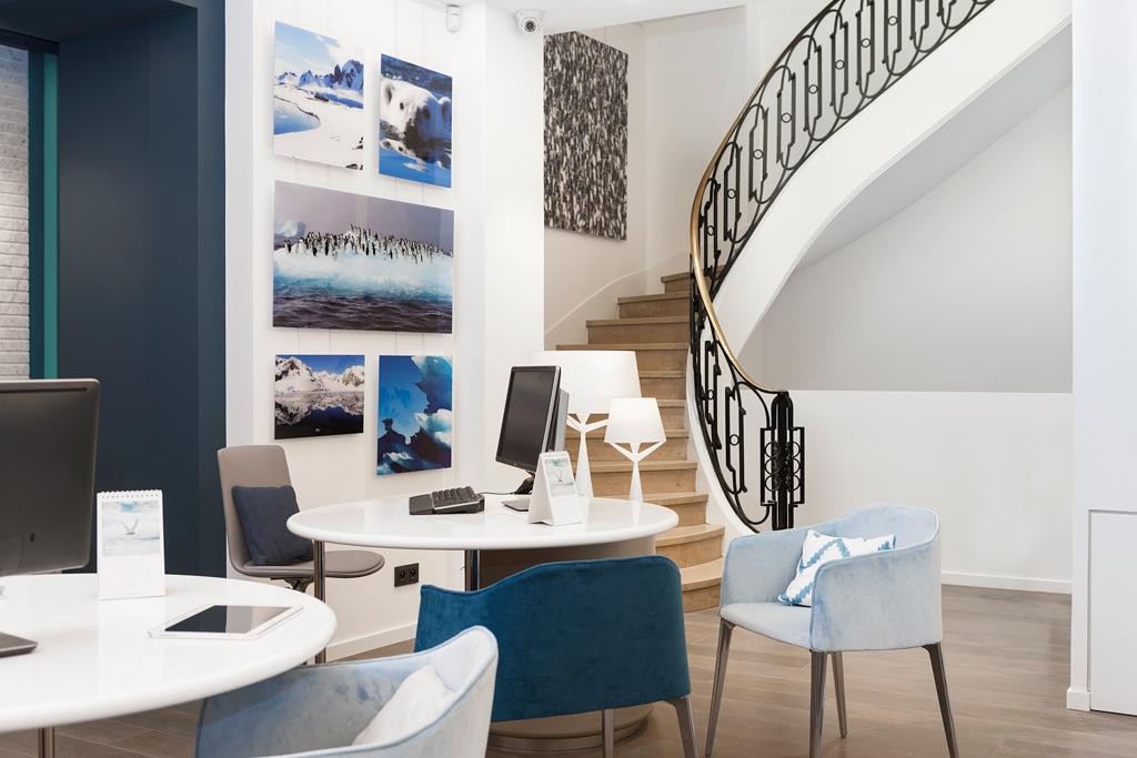 Depuis la fin janvier, le spécialiste de la croisière de luxe Ponant accueille ses clients parisiens dans le « Pavillon » un vaste espace à deux pas de l'Étoile. Une première en France pour un croisiériste.