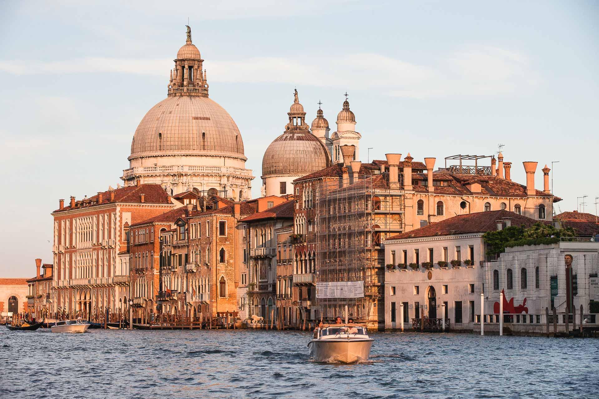 Vue sur le Grand Canal et la basilique Santa Maria della Salute à son extrémité © Aman