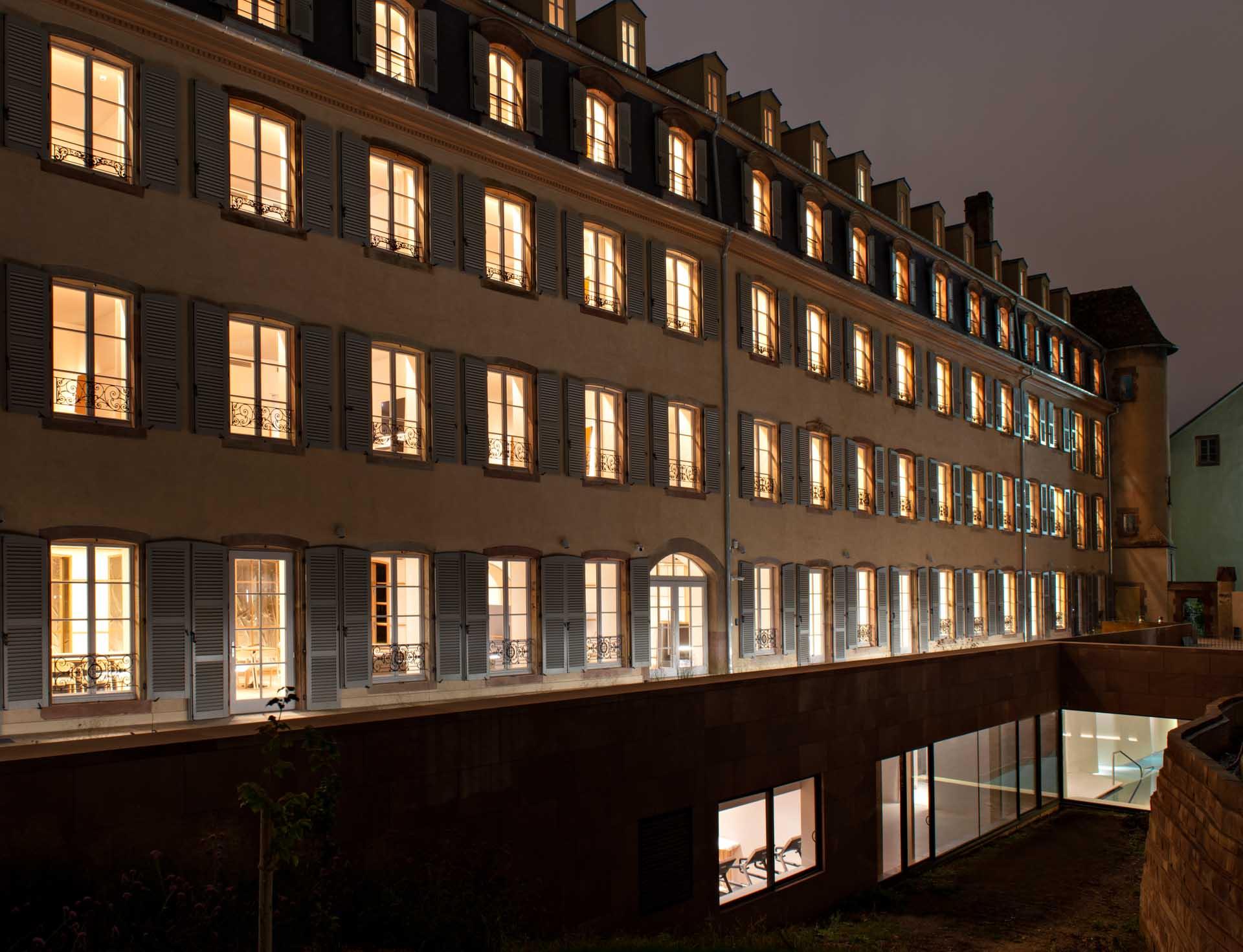 L'hôtel Les Haras à Strasbourg, l'une des adresses de référence de la ville installée sur site historique des anciens Haras Royaux, s'agrandit avec 60 nouvelles chambres au design impeccable et un spa Nuxe. Le décor est signé du duo Jouin Manku.