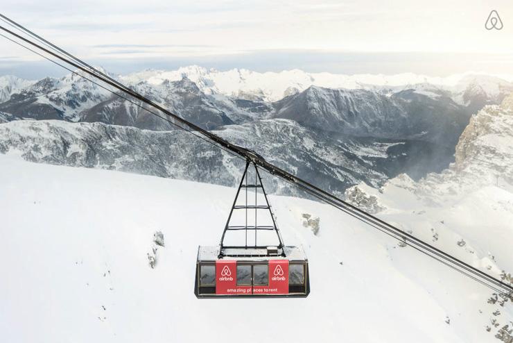 La station de Courchevel et Airbnb offrent la possibilité exceptionnelle de passer une nuit dans un téléphérique.