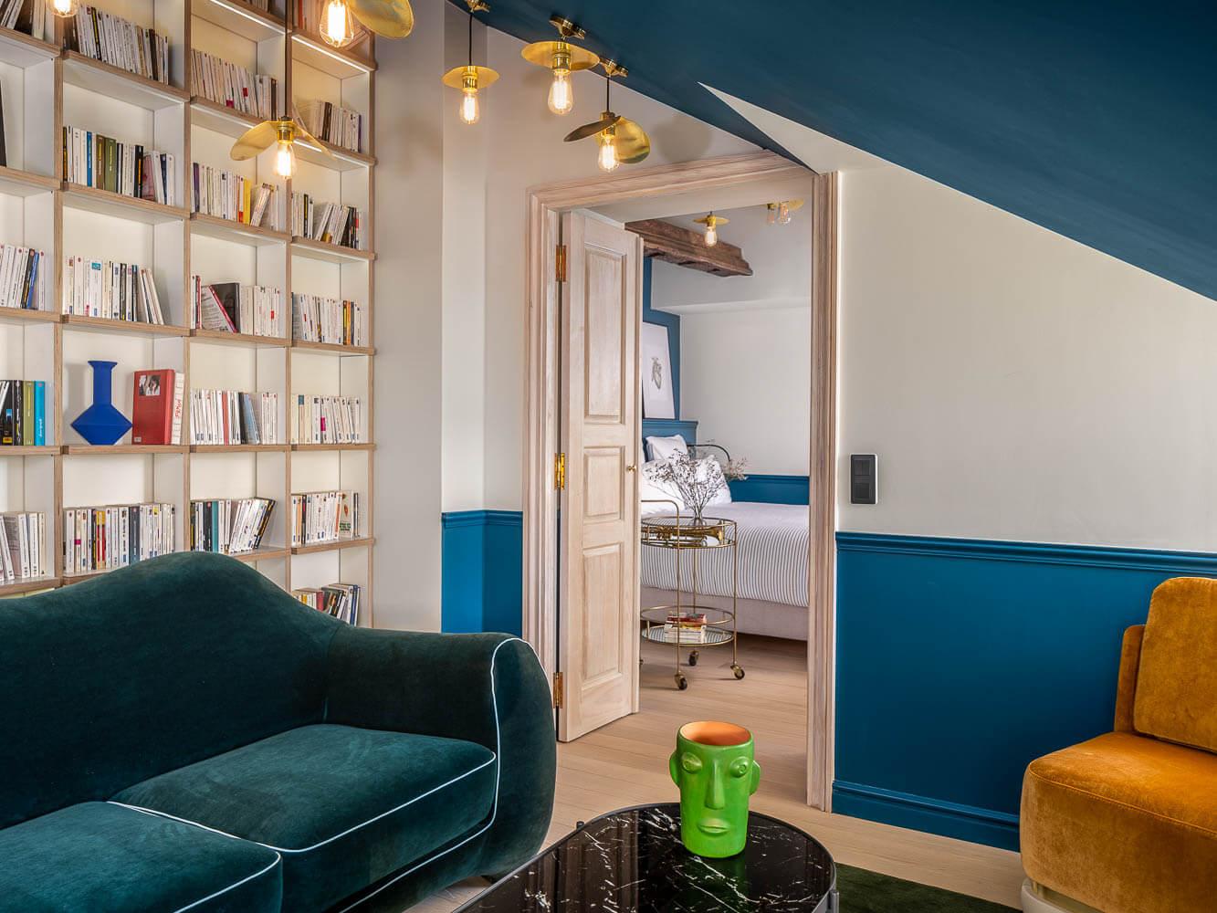 Le Chouchou Hotel ouvre ses portes à deux pas de l'Opéra dans le 9e arrondissement de Paris. L'hôtel à l'esprit « pop » offre 63 chambres au décor signé Michael Malapert, un espace « guinguette » avec bar et food market, une scène ouverte et bientôt des bains privatifs.