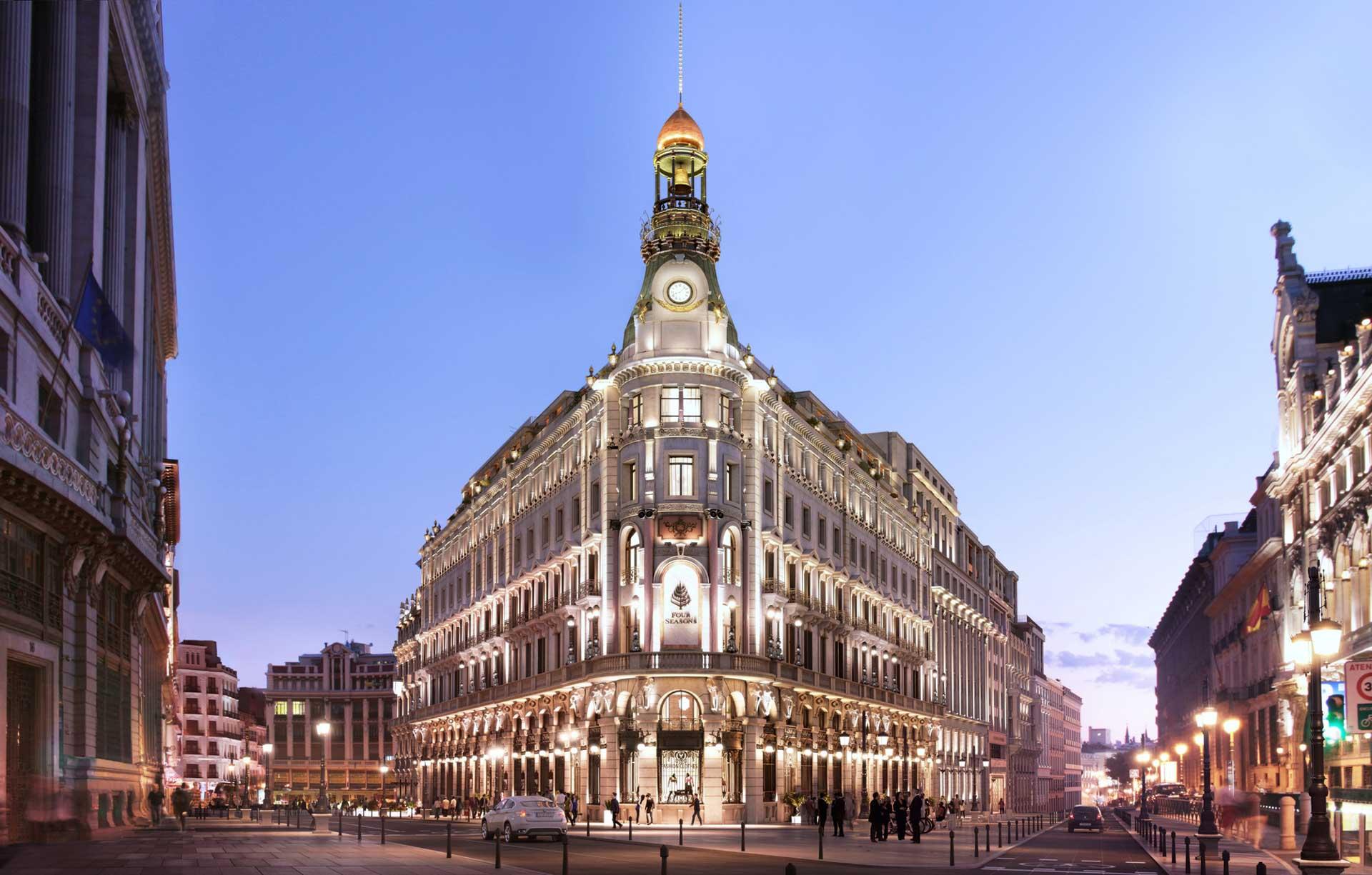 Les superlatifs ne manquent pas pour décrire l'ouverture tant attendue du Four Seasons Hotel Madrid. Sept bâtiments historiques réunis, 200 clés, le plus grand spa de la ville et un chef étoilé en cuisine, la longue attente — huit ans de travaux pharaoniques — est finalement récompensée.