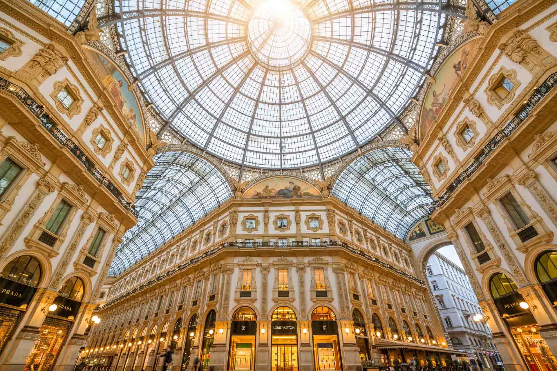 Premier hôtel signé Rocco Forte à Milan (le huitième en Italie), The Carlton Milan accueillera ses premiers clients en 2023. Le nouveau 5-étoiles sera situé Via della Spiga, au cœur du « Quadrilatère de la mode ».