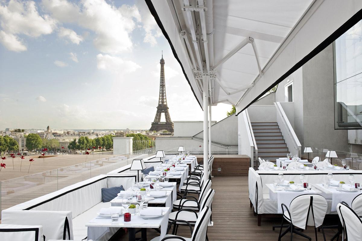 La terrasse du restaurant Maison Blanche, avenue Montaigne © DR