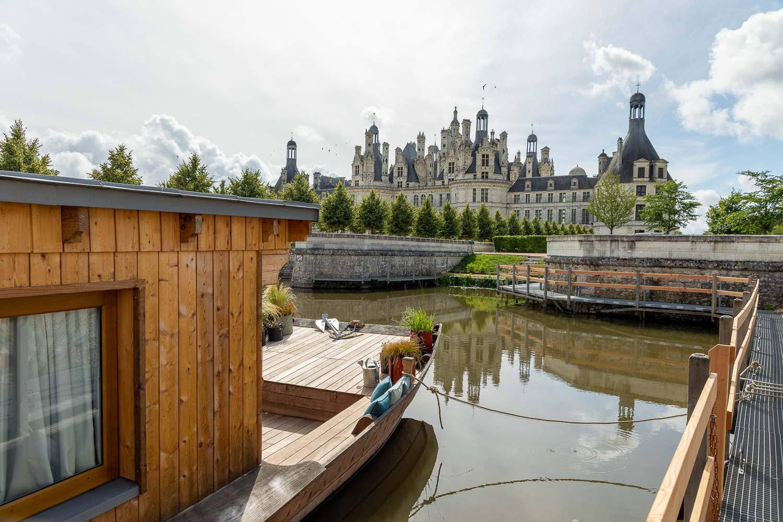 Ouvert en 2018, le Relais de Chambord, hôtel 4-étoiles au plus près du château éponyme, propose désormais de passer la nuit dans une « toue cabanée » — bateau traditionnel de la Loire — réaménagée en chambre tout confort avec vue sur le Château. Une expérience unique en son genre.
