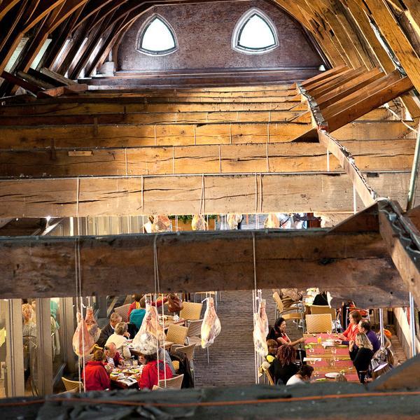 Le Grande Boucherie, lieu incontournable pour faire le plein de produits régionaux sous une impressionante charpente.  © Yonder.fr