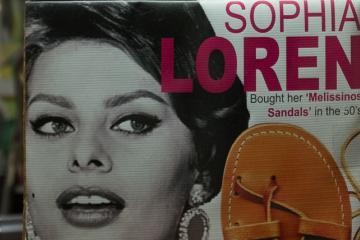 Deux exemples d'une longue liste de célébrités chaussées de sandales Melissinos.