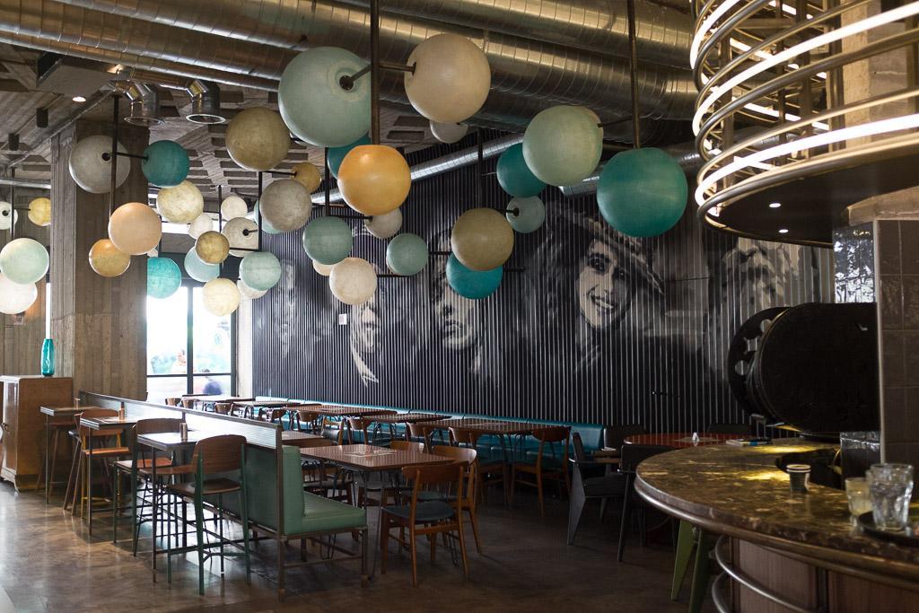 Le style minimaliste du restaurant Melilotos, non loin d'Agias Irinis qui concentre les cafés branchés.