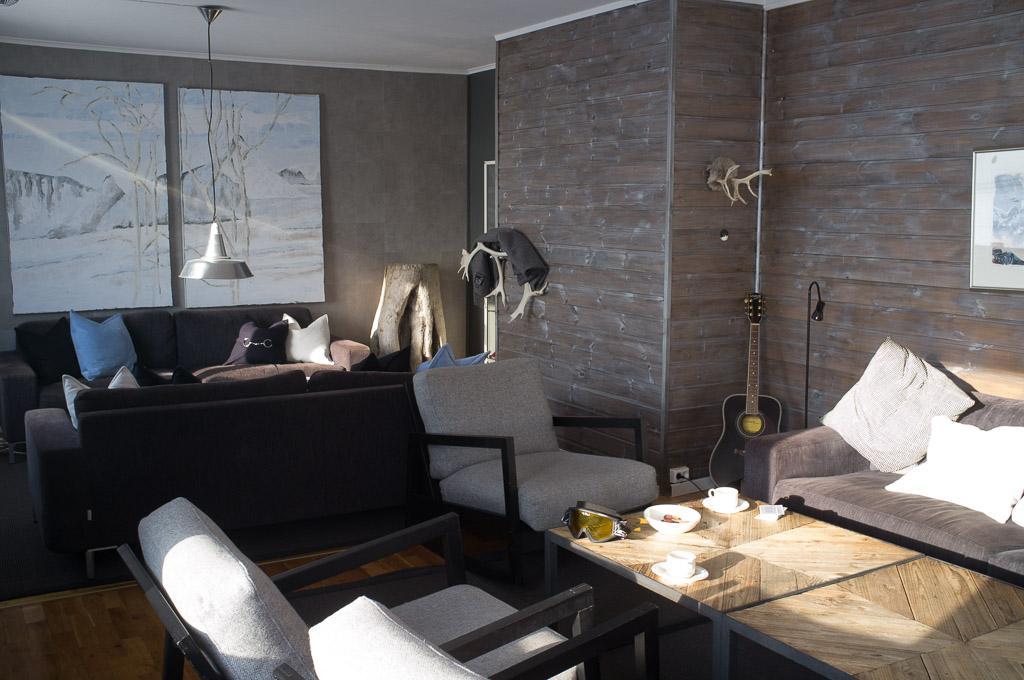 Le salon cosy de l'hôtel Isfjord Radio au cap Linné, une 50-aine de km à l'ouest de Longyarbyen.