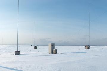 Les environs de l'ancienne station radio. Les différents mâts et antennes ne sont plus utilisés depuis qu'un câble sous-marin a pris le relais.