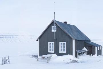 La  «villa Fredheim», en bordure de Sassenfjorden où le trappeur Hilmar Nøis (1891-1975) a hiverné une vingtaine de fois.