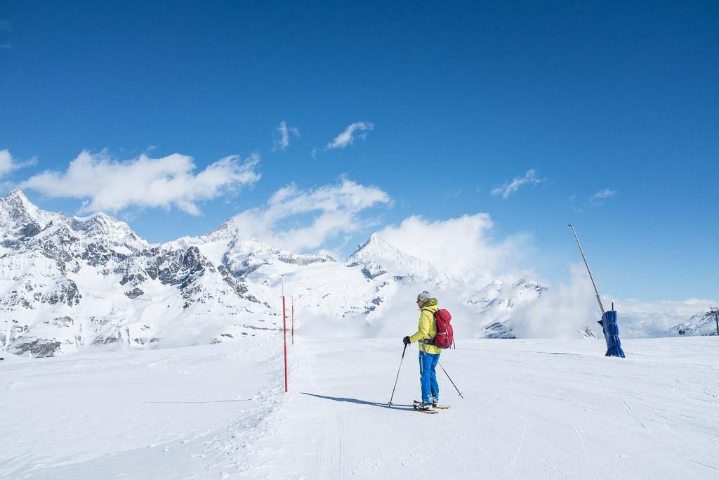 Le début de la randonnée longe les pistes de ski.  © Yonder.fr