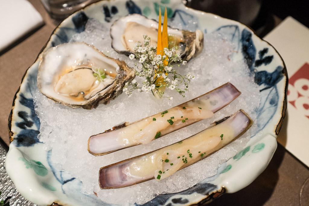 Huîtres à la sauce ponzu et couteaux.