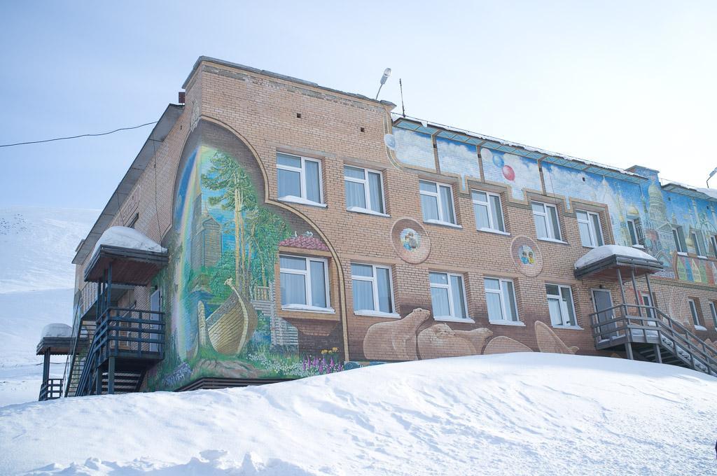 Un bâtiment dans la ville minière russe de Barentsburg.