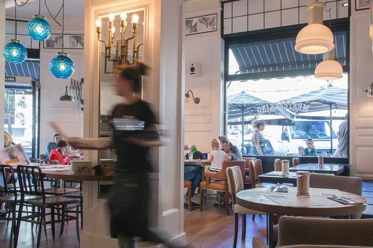Meatpacking Bistro - De grandes fenêtres laissent entrer la lumière