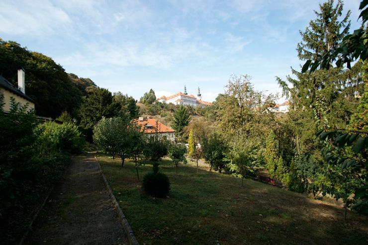 Le jardin du Garden Café Taussig et le monastère de Strahov en toile de fond