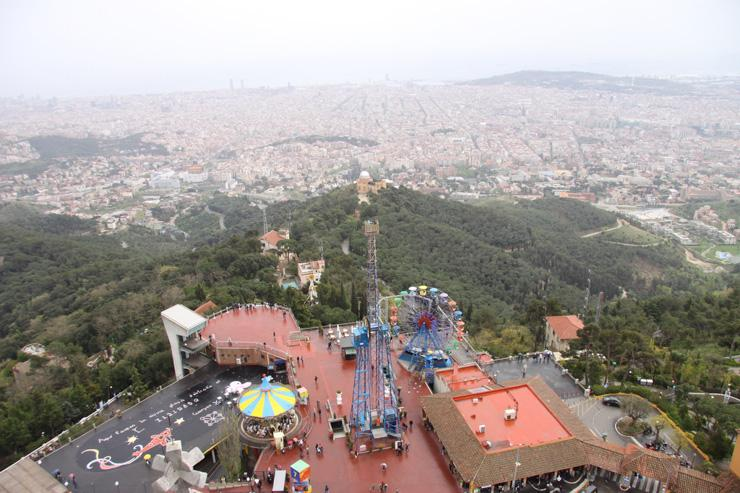 Parc d'attraction de Tibidabo surplombe toute la ville de Barcelone