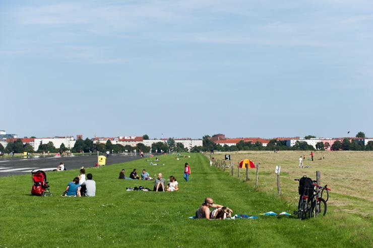 Tempelhofer Park - Les pelouses près des pistes sont désormais ouvertes à tous les promeneurs