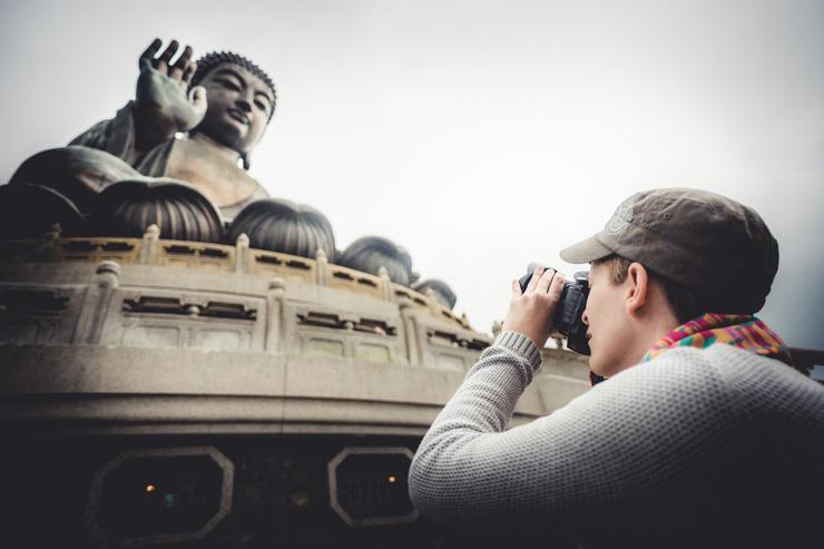 Monastère de Po Lin - Le Grand Bouddha photographié par un touriste