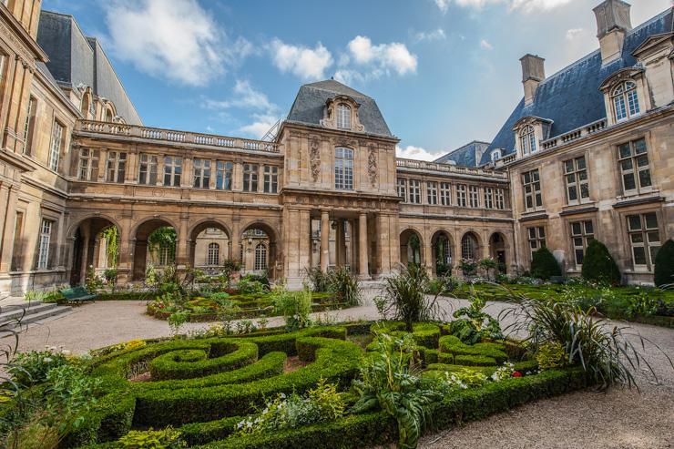 Cour et façade du Musée Carnavalet dans le Marais